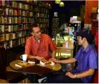 Британским независимым книжным магазинам с кафе живется легче