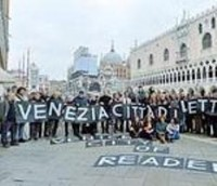 Сто писателей взялись спасать книжные магазины Венеции